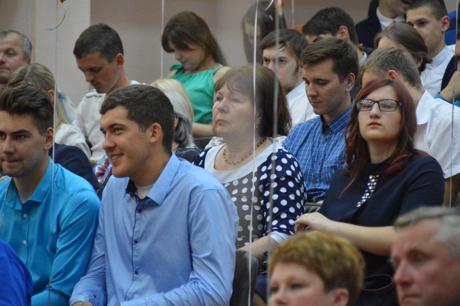 Человек на все времена Выксунский рабочий  посвящённый юбиляру в зале собрались выпускники ВМК 2017 года и их родители ведь вручение дипломов было приурочено к знаменательной дате