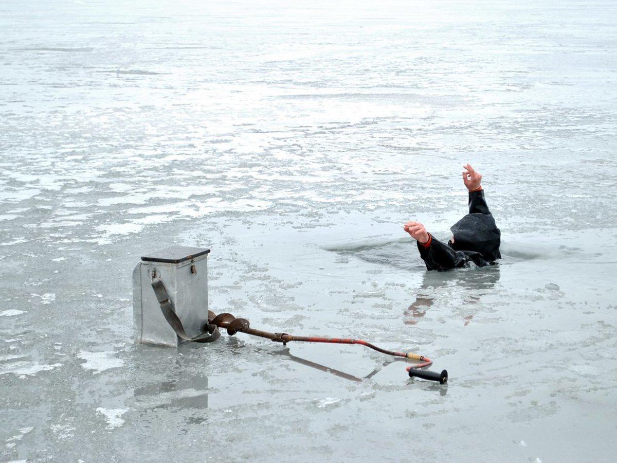 видео рыбак тонет
