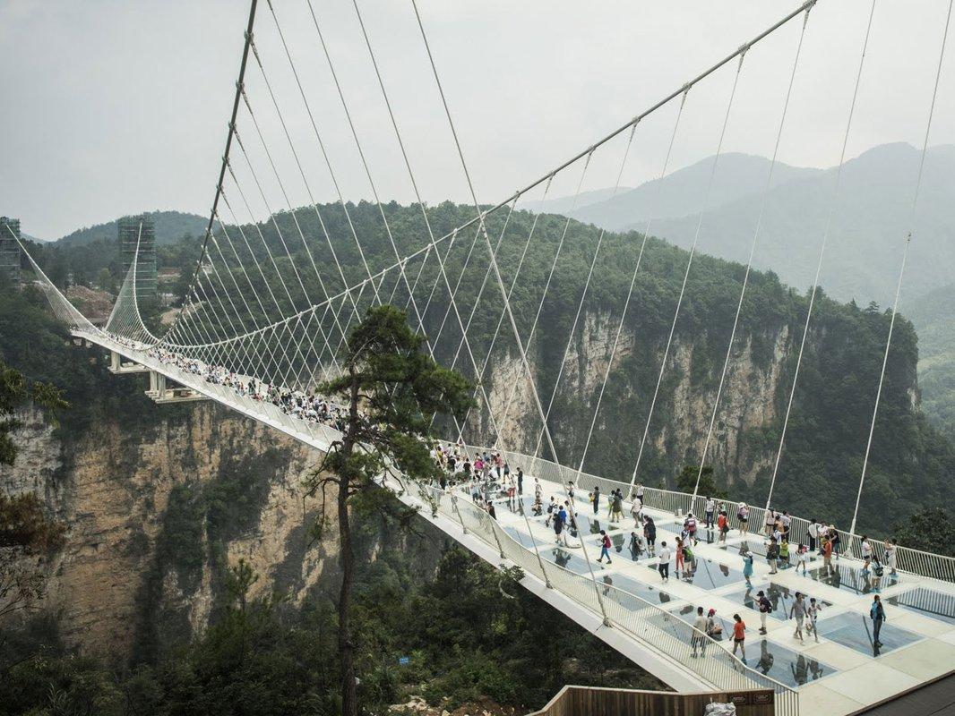Стеклянный мост длиной практически вполкилометра открыли в КНР