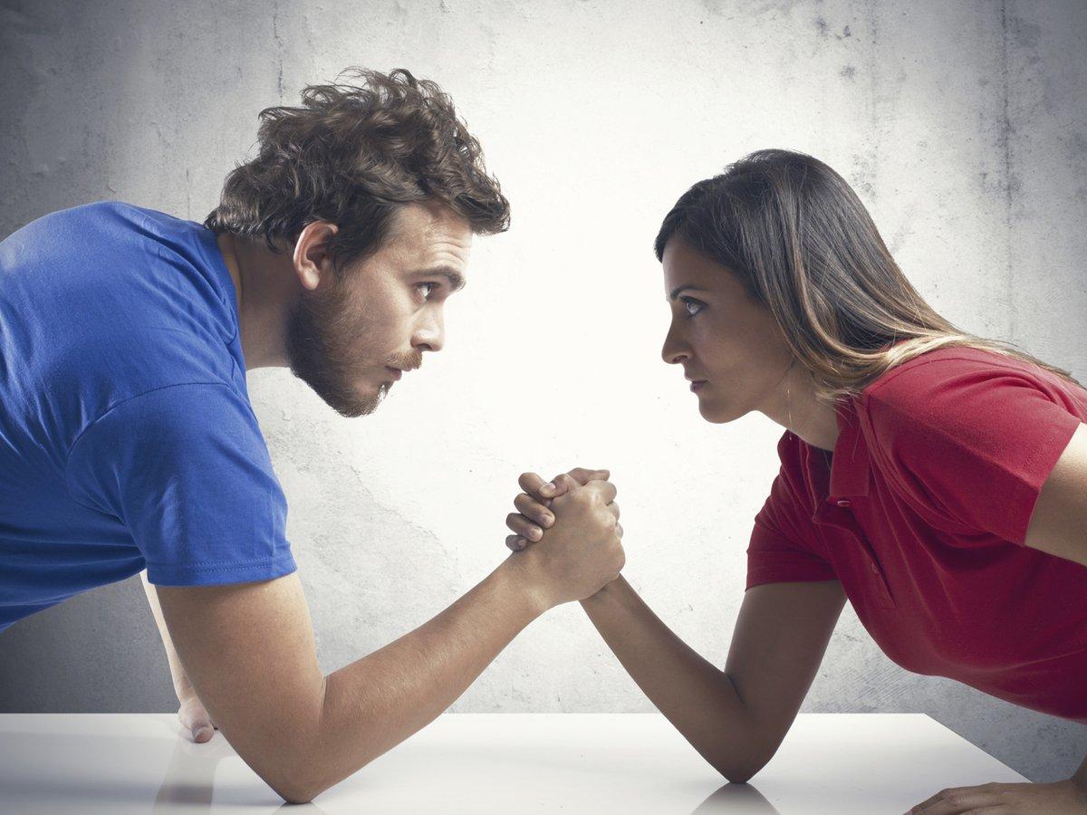борьба между девкой и парнем